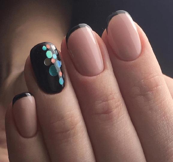 Конфетти на черных ногтях