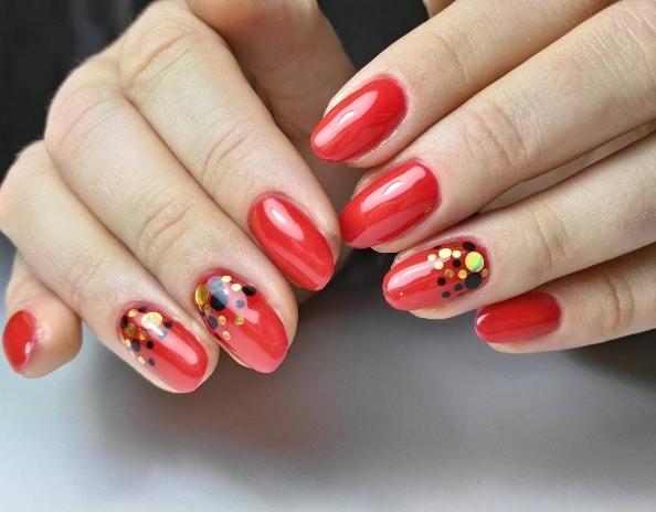 Конфетти на красных ногтях