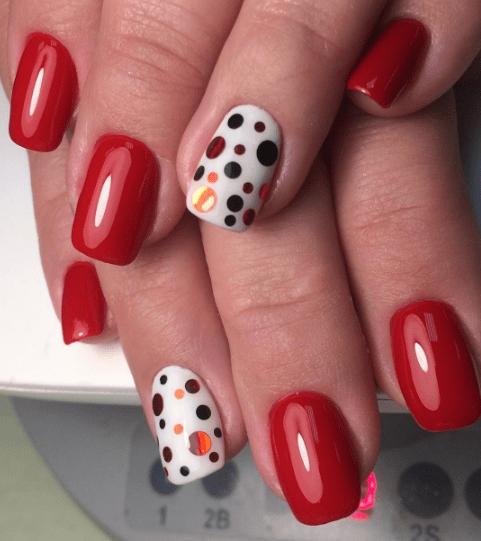 Красный маникюр с конфетти