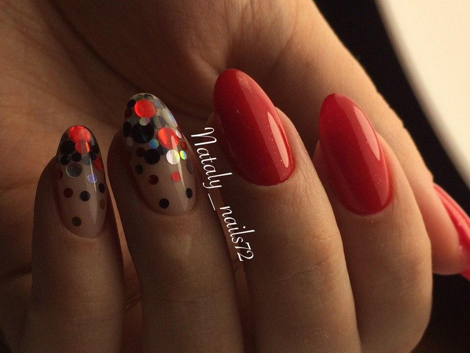 Конфетти на красных длинных ногтях
