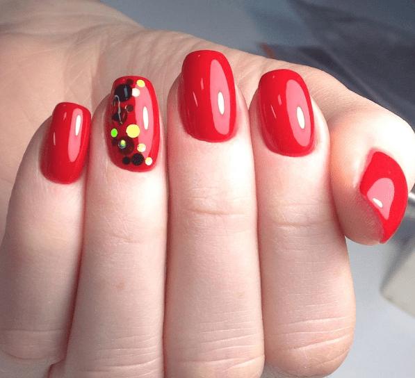 Красный маникюр с камифубуки