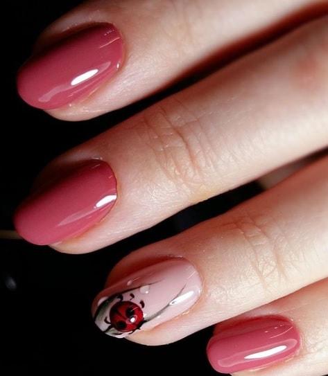 «божья коровка на ногтях всегда смотрится очень нежно.