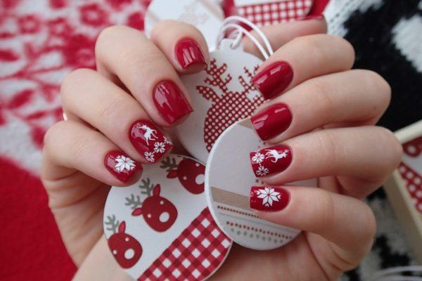 зимний дизайн ногтей с наклейками