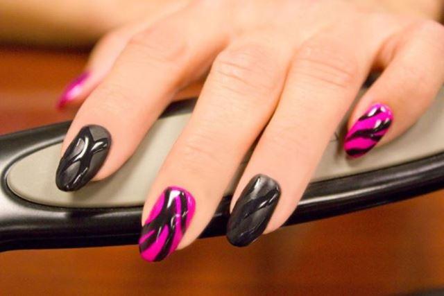 маниюр розовый с черным узором