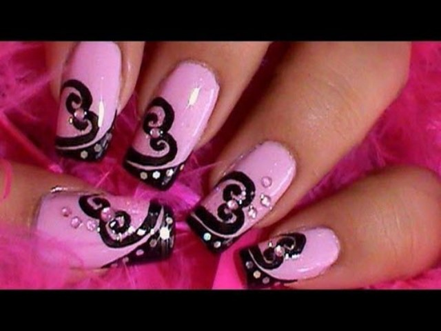 маникюр розовый с черным узором