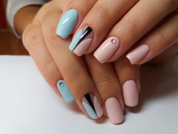 Маникюр розовый с голубым и черным