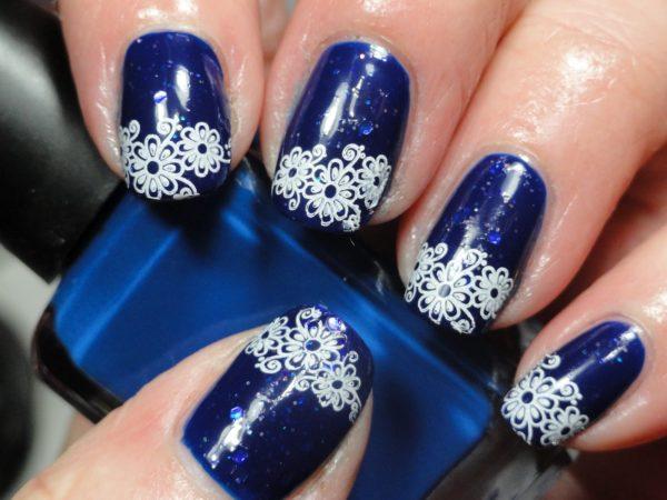 Маникюр синий с белым зимний