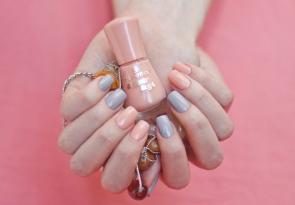 Маникюр серый с розовым модные идей