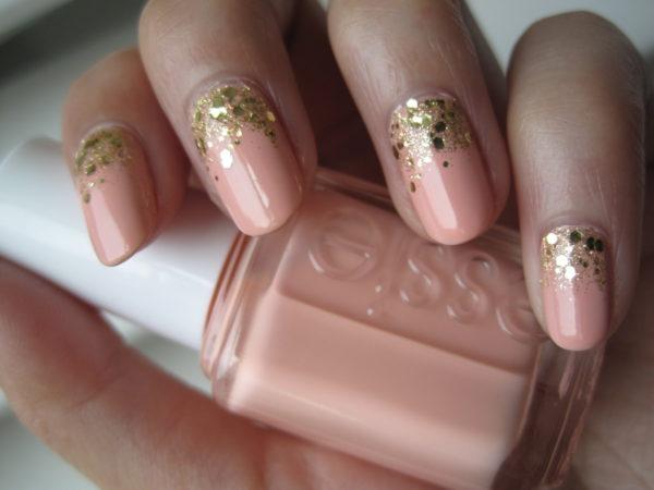 золотой маникюр с розовым