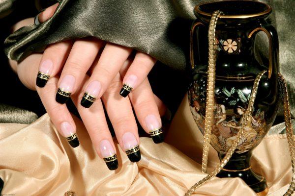 маникюр черный с золотом, фото