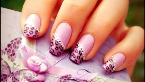 Маникюр серый с розовым леопардом