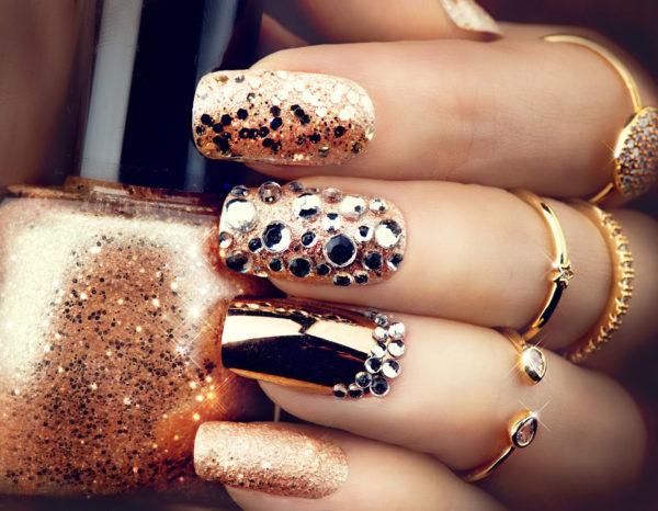 золотой маникюр с камнями